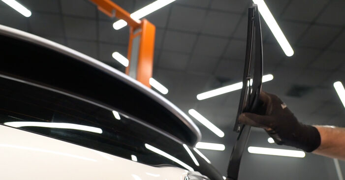 How to replace TOYOTA AURIS (NRE15_, ZZE15_, ADE15_, ZRE15_, NDE15_) 1.4 D-4D (NDE150_) 2007 Wiper Blades - step-by-step manuals and video guides