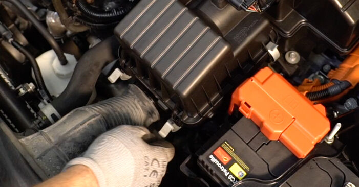 Honda Insight ZE2/ZE3 1.3 Hybrid (ZE2) 2011 Oro filtras keitimas: nemokamos remonto instrukcijos
