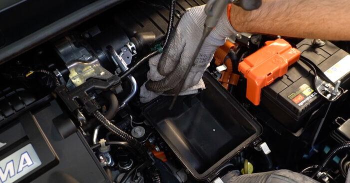 Wie schwer ist es, selbst zu reparieren: Luftfilter Honda Insight ZE2/ZE3 1.3 Hybrid (ZE28, ZE2) 2015 Tausch - Downloaden Sie sich illustrierte Anleitungen
