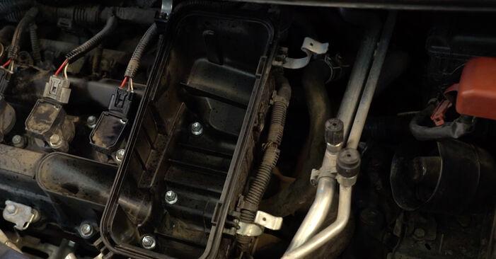 Wie schwer ist es, selbst zu reparieren: Luftfilter PEUGEOT 107 1.0 2011 Tausch - Downloaden Sie sich illustrierte Anleitungen