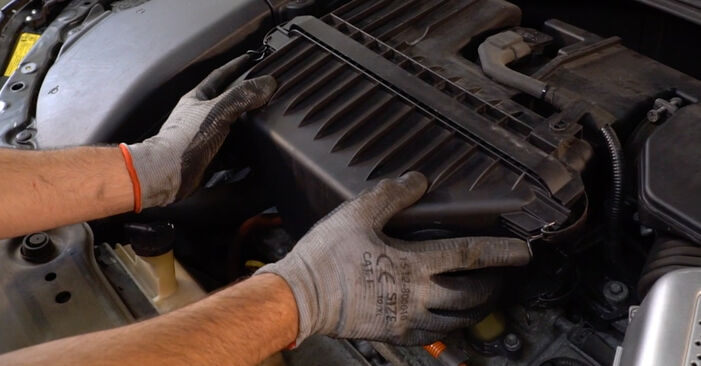 Luftfilter beim LEXUS RX 350 3.5 (GSU35_) 2004 selber erneuern - DIY-Manual