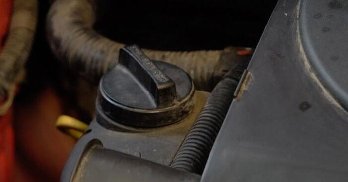 Ölfilter beim PEUGEOT 107 1.4 HDi 2012 selber erneuern - DIY-Manual