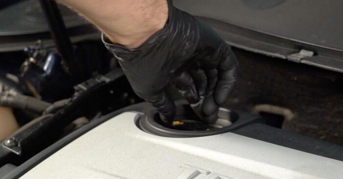 Ölfilter am VW Passat Variant (3C5) 2.0 TDI 16V 4motion 2010 wechseln – Laden Sie sich PDF-Handbücher und Videoanleitungen herunter