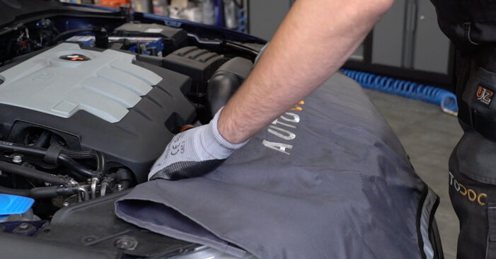 Wie man VW Passat Variant (3C5) 2.0 TDI 2006 Kraftstofffilter wechselt - Schritt-für-Schritt-Leitfäden und Video-Tutorials