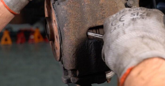 Wie schwer ist es, selbst zu reparieren: Bremsbeläge Passat 3C 1.4 TSI EcoFuel 2005 Tausch - Downloaden Sie sich illustrierte Anleitungen
