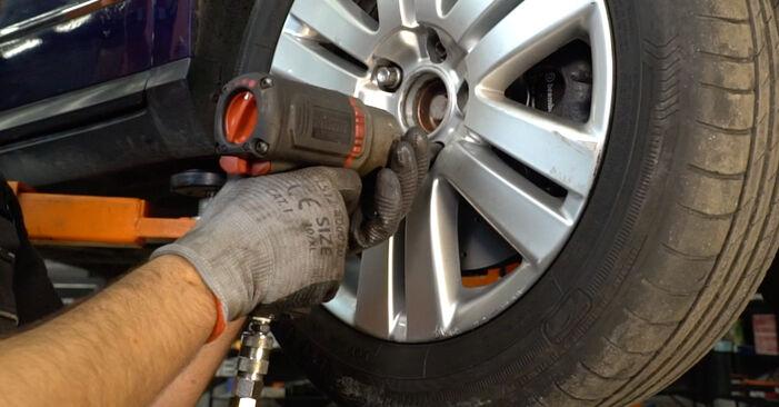 Kuinka vaihtaa Alatukivarsi VW Passat Variant (3C5) 2010 -autoon: lataa PDF-oppaat ja video-ohjeet