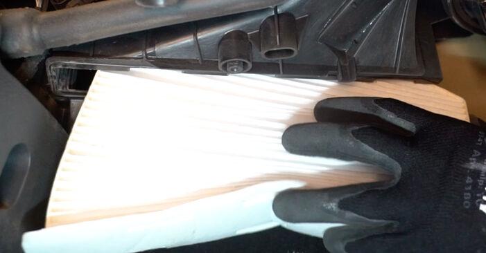 Utastér levegő szűrő VW Golf V Hatchback (1K1) 2008 csere - töltsön le PDF útmutatókat és utasításokat tartalmazó videókat