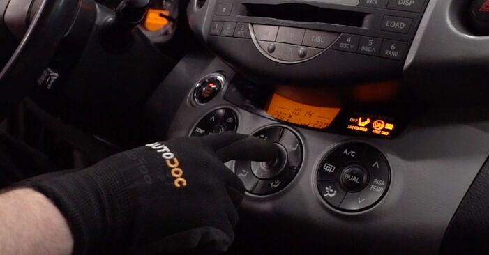 Austauschen Anleitung Innenraumfilter am Toyota RAV4 III 2006 2.2 D 4WD (ALA30_) selbst