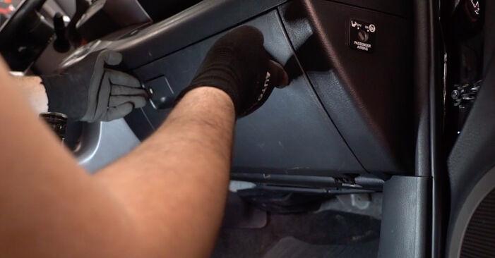 Innenraumfilter Ihres Toyota RAV4 III 2.2 D 4WD (ALA30_) 2013 selbst Wechsel - Gratis Tutorial