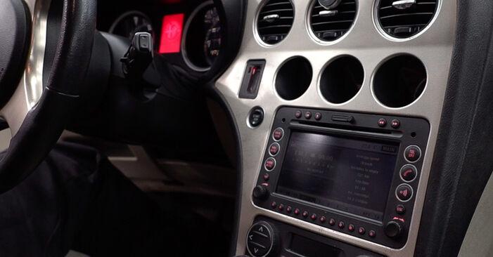 Tausch Tutorial Innenraumfilter am ALFA ROMEO 159 Sportwagon (939) 2009 wechselt - Tipps und Tricks