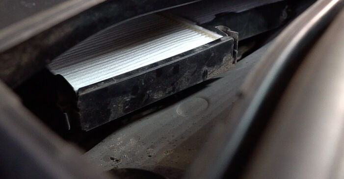 Innenraumfilter beim PEUGEOT 208 1.6 GTi 2019 selber erneuern - DIY-Manual