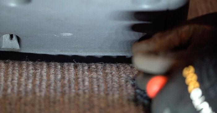 Tausch Tutorial Innenraumfilter am MERCEDES-BENZ VITO Bus (638) 2000 wechselt - Tipps und Tricks