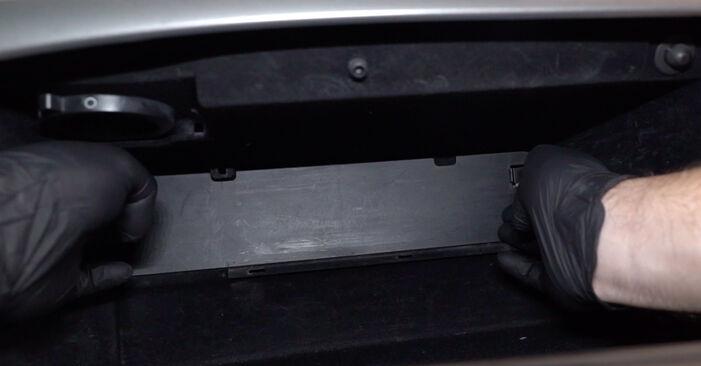 Sustitución de Filtro de Habitáculo en un Honda Accord VIII CU 2.2 i-DTEC (CU3) 2010: manuales de taller gratuitos