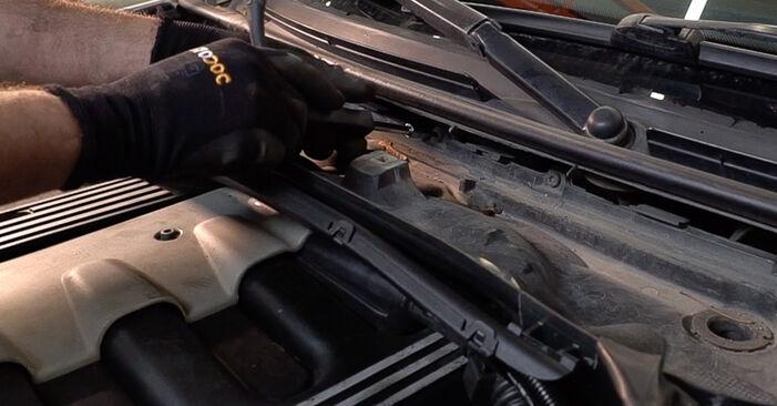 Wie schwer ist es, selbst zu reparieren: Innenraumfilter BMW 3 Touring (E46) 330xd 2.9 2004 Tausch - Downloaden Sie sich illustrierte Anleitungen