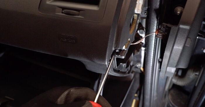 Tauschen Sie Innenraumfilter beim RENAULT MEGANE II Saloon (LM0/1_) 2011 1.6 selber aus