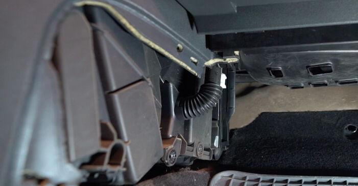 Wie man RENAULT MEGANE II Stufenheck (LM0/1_) 1.6 2002 Innenraumfilter austauscht - Schritt-für-Schritt-Tutorials und Videoanleitungen