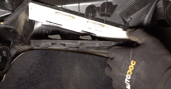 Cum să demontați VW TOURAN 1.6 FSI 2007 Filtru habitaclu - instrucțiunile online ușoare de urmărit