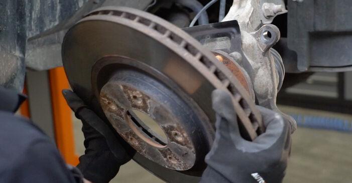 Schritt-für-Schritt-Anleitung zum selbstständigen Wechsel von Nissan Qashqai j10 2011 1.6 dCi Bremsscheiben