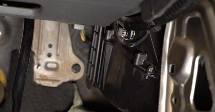 Kui keeruline on seda iseseisvalt teha: vahetada välja Volvo v50 mw 2.4 D5 2009 Salongifilter - laadige alla illustreeritud juhend