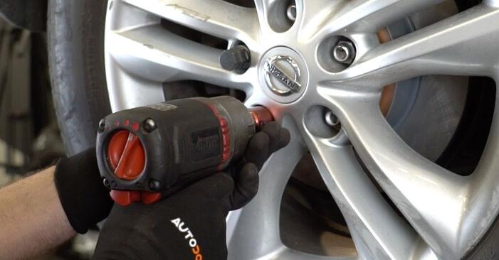 Bremsbeläge beim NISSAN QASHQAI 1.5 dCi 2013 selber erneuern - DIY-Manual