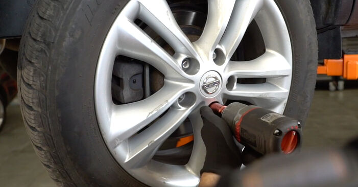 Wie NISSAN QASHQAI 1.6 dCi 2010 Bremsbeläge ausbauen - Einfach zu verstehende Anleitungen online