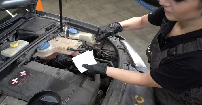 Zelf AUDI A4 Sedan (8EC, B7) 2.0 TDI 2008 Oliefilter vervangen – online tutorial