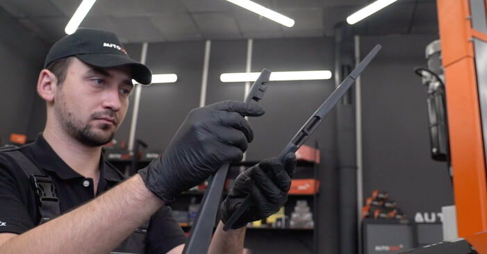 Changing Wiper Blades on HONDA INSIGHT (ZE_) 1.3 Hybrid (ZE28, ZE2) 2012 by yourself