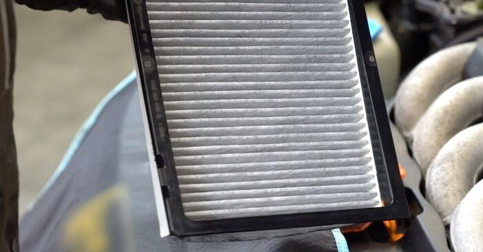 Wie schwer ist es, selbst zu reparieren: Innenraumfilter Audi A3 8l1 1.9 TDI 2002 Tausch - Downloaden Sie sich illustrierte Anleitungen
