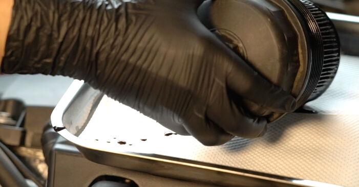 Tauschen Sie Ölfilter beim BMW E39 1991 523i 2.5 selber aus