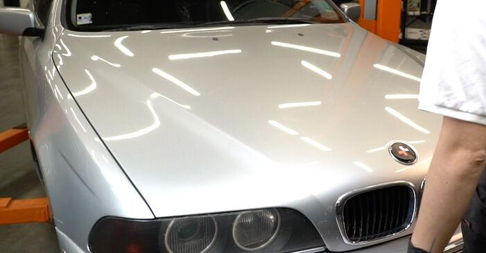 Wie man BMW 5 Limousine (E39) 523i 2.5 1991 Ölfilter austauscht - Schritt-für-Schritt-Tutorials und Videoanleitungen