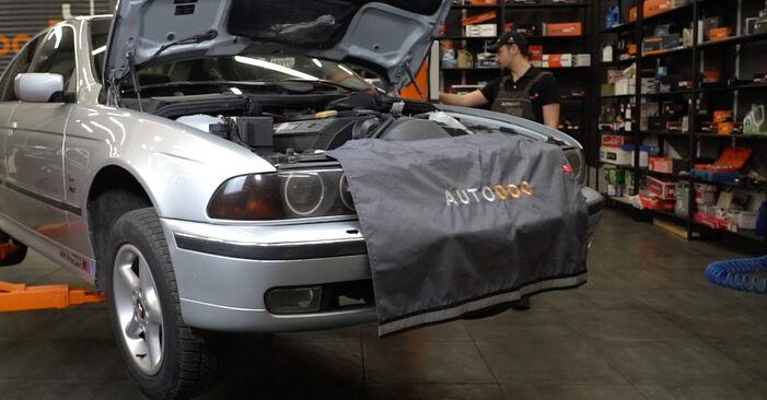 Wie schwer ist es, selbst zu reparieren: Kraftstofffilter BMW E39 525i 2.5 1996 Tausch - Downloaden Sie sich illustrierte Anleitungen