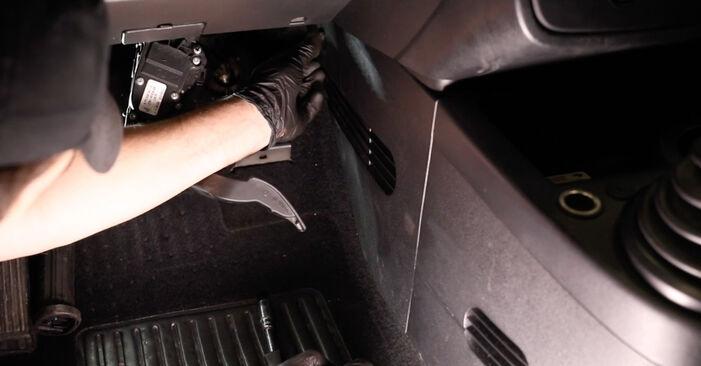 Tauschen Sie Innenraumfilter beim Ford Fiesta V jh jd 2001 1.4 TDCi selber aus