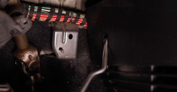 Wie man FORD Fiesta Mk5 Schrägheck (JH1, JD1, JH3, JD3) 1.4 TDCi 2002 Innenraumfilter austauscht - Schritt-für-Schritt-Tutorials und Videoanleitungen