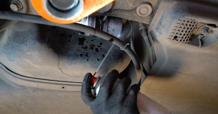 Udskiftning af Brændstoffilter på VW Polo 5 Sedan 2019 1.6 TDI ved gør-det-selv indsats