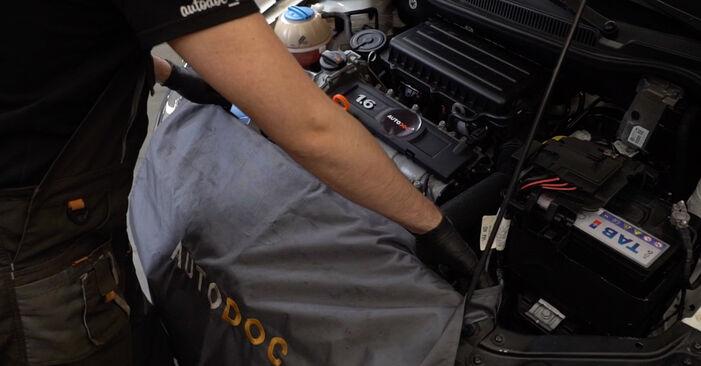 Comment remplacer VW Polo Berline (602, 604, 612, 614) 1.6 TDI 2010 Bougies d'Allumage - manuels pas à pas et guides vidéo