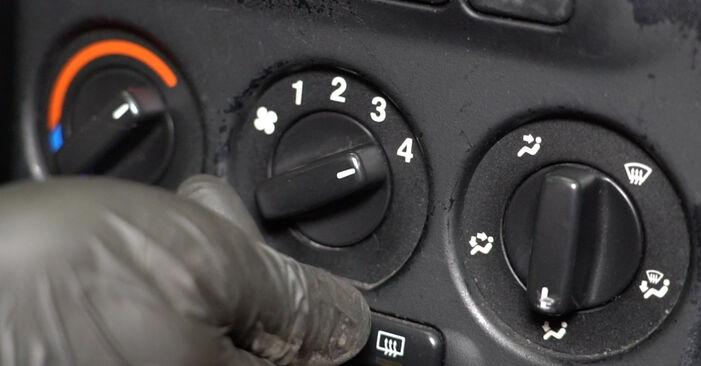 Wie schwer ist es, selbst zu reparieren: Innenraumfilter Opel Zafira f75 2.0 OPC (F75) 2005 Tausch - Downloaden Sie sich illustrierte Anleitungen