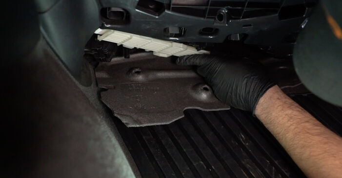 Kako težko to naredite sami: Filter notranjega prostora zamenjava na Audi A4 B8 Sedan 1.8 TFSI 2013 - prenesite slikovni vodnik