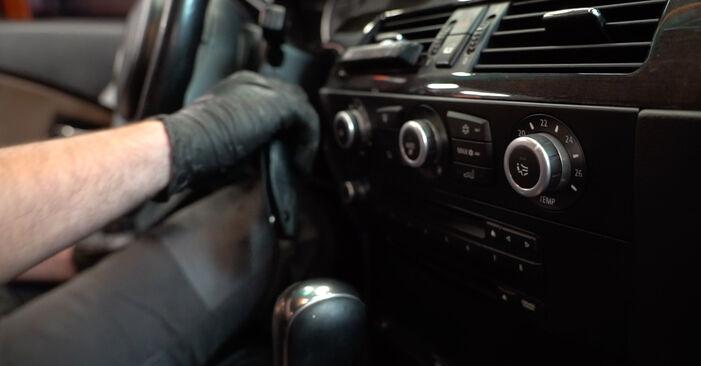 Tausch Tutorial Innenraumfilter am BMW 5 Limousine (E60) 2003 wechselt - Tipps und Tricks