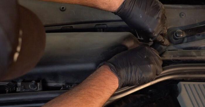 Wechseln Innenraumfilter am BMW 5 Limousine (E60) 520i 2.2 2004 selber