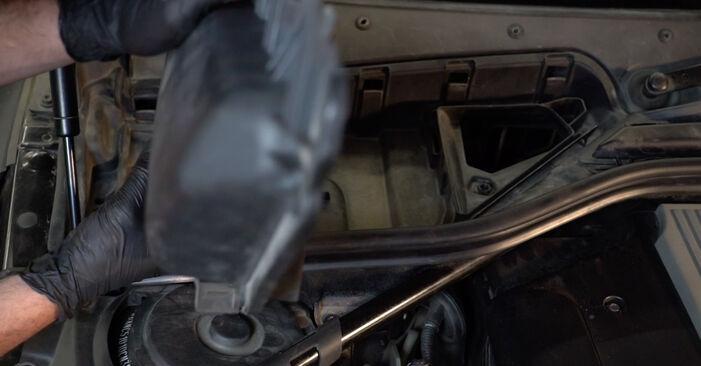 Innenraumfilter am BMW 5 Limousine (E60) 535d 3.0 2006 wechseln – Laden Sie sich PDF-Handbücher und Videoanleitungen herunter