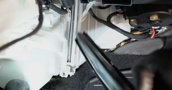Innenraumfilter am FIAT GRANDE PUNTO (199) 1.9 D Multijet 2013 wechseln – Laden Sie sich PDF-Handbücher und Videoanleitungen herunter