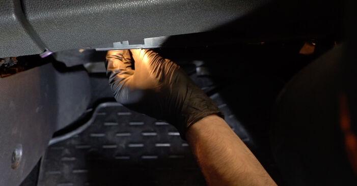 Sostituire Filtro Antipolline su FORD Fiesta Mk6 Hatchback (JA8, JR8) 1.6 TDCi 2008 non è più un problema con il nostro tutorial passo-passo