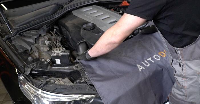 Kā nomainīt BMW 5 Sedan (E60) 530d 3.0 2002 Eļļas filtrs - pakāpeniskās rokasgrāmatas un video ceļveži