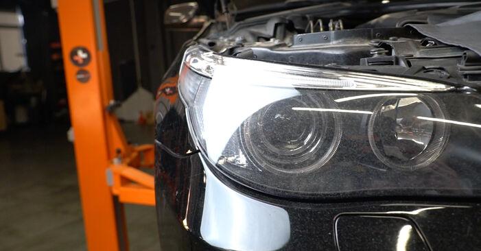 Tauschen Sie Ölfilter beim BMW 5 Limousine (E60) 520i 2.2 2004 selbst aus