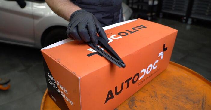 Cómo cambiar Escobillas de Limpiaparabrisas en un Ford Fiesta ja8 2008 - Manuales en PDF y en video gratuitos