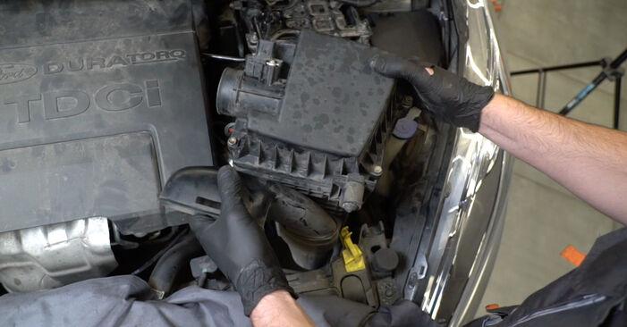 Tausch Tutorial Ölfilter am FORD Fiesta Mk6 Schrägheck (JA8, JR8) 2020 wechselt - Tipps und Tricks