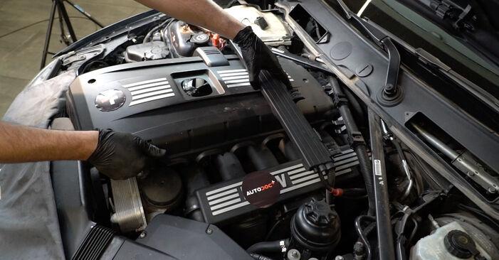 BMW 1 SERIES 123d 2.0 Zapalovacia sviečka výmena: online návody a video tutoriály