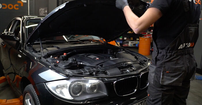 Kaip pakeisti Uždegimo žvakė BMW 1 Coupe (E82) 2006: atsisiųskite PDF instrukciją ir vaizdo pamokas