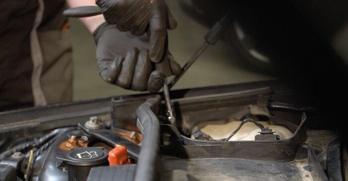Ar sudėtinga pasidaryti pačiam: BMW E82 120i 2.0 2007 Uždegimo žvakė keitimas - atsisiųskite iliustruotą instrukciją
