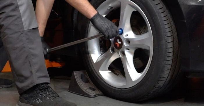 Kā nomainīt BMW 1 Coupe (E82) 120d 2.0 2007 Kustības dinamikas regulēšana - pakāpeniskās rokasgrāmatas un video ceļveži
